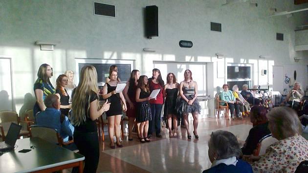 Studentky z DM Vocelova v domově důchodců na Novém Hradci Králové.