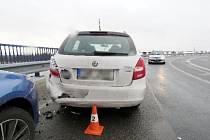 Osobní automobil odhozený po střetu s jiným na svodidla.