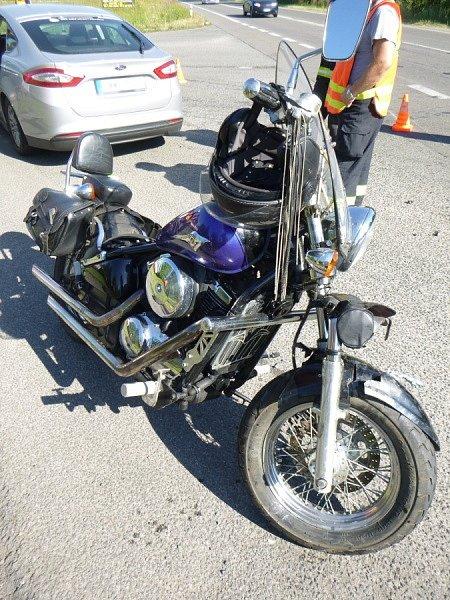 Střet auta a motorky se obešel bez zranění.
