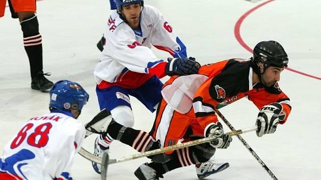 Hokejbal, MS: Česko - Indie. Na snímku Jan Bacovský (uprostřed) a Petr Novák (vlevo)