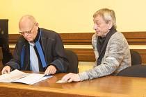 Lékař (vpravo) souzený za znásilnění nezletilé.