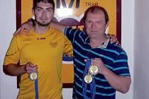 Úspěšné týmové tažení zažili na mistrovství Evropy v Lonatu skeetaři Dukly Hradec Králové Miloš Slavíček (vlevo) a Jan Sychra. Domů přivezli stříbrné medaile.