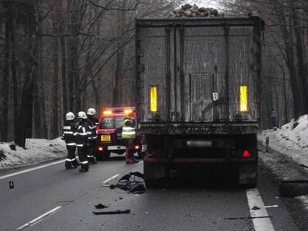 Řidič osobního vozu nepřežil střet s kamionem a avií