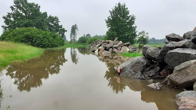 Hradecko - Vydatné deště rozvodnily Orlici mezi Týništěm a Hradcem Králové. Řeka, jejíž proud byl během soboty bouřlivý a  prudký, se tam přirozeně rozlévá do luk. Lide z Blešna, Nepasic či Petroviček přesto celý víkend s obavami sledovali předpovědi poča