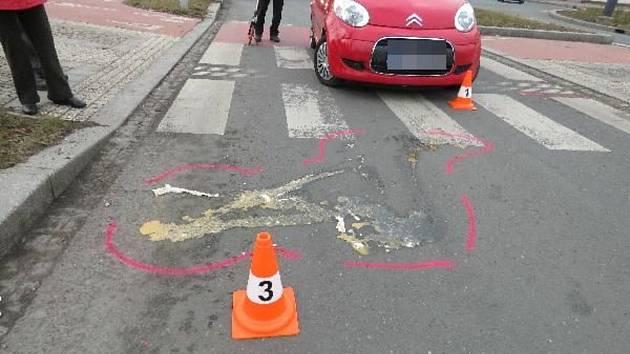 Seniorku srazilo auto na křižovatce U Koruny