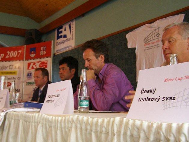 Ředitel Rieter Cupu Vladimír Vaněk (uprostřed) seznámil novináře s programem letošního MČR v tenise.