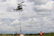Cvičení vrtulníků na letišti v Hradci Králové.
