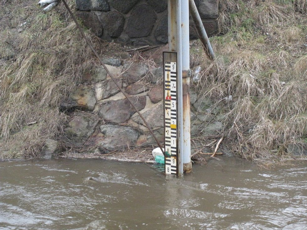 Zaplavená silnice ve Vysoké nad Labem na Hradecku.