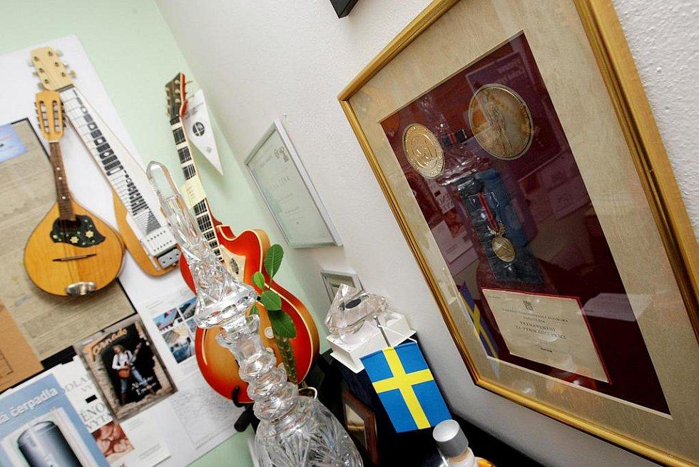 Největší zachovalou sbírkou českých kytar na světě se pyšní Hradečák Jiří Janků. Restaurátor a sběratel kytar by v Hradci v budoucnu rád založil muzeum kytar.