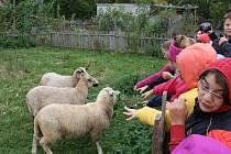 Děti ze ZŠ Mžany vyrazily na exkurzi na vesnici.