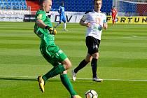 Matador a nováček... Hradecký gólman Patrik Vízek odchytal ve Vítkovicích první duel ve druhé lize. To jeho spoluhráč Milan Černý má za sebou starty za Slavii i národní tým.