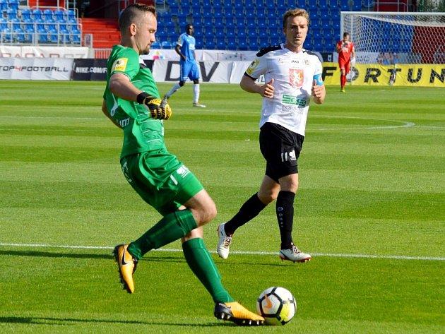 Matador a nováček… Hradecký gólman Patrik Vízek odchytal ve Vítkovicích první duel ve druhé lize. To jeho spoluhráč Milan Černý má za sebou starty za Slavii inárodní tým.