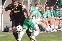 Martin Nun v dresu Kratonoh při utkání fotbalového krajského přeboru na Olympii Hradec Králové.