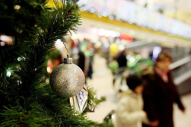 Davy lidí tráví adventní neděli v přeplněných obchodních centrech.