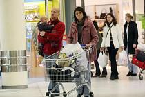 Vánoční nákupy v přeplněných obchodních centrech.
