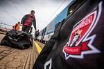 Odjezd hokejistů společně s fanoušky vlakem do Štýrského Hradce na zápas ligy mistrů.