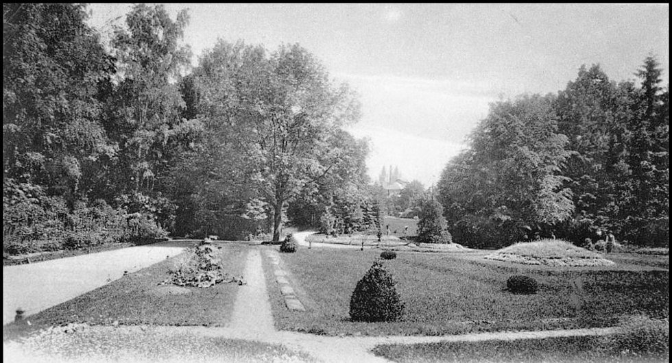 Jiráskovy sady jsou nejstarším a nejoblíbenějším parkem v Hradci, který se nachází při soutoku Labe a Orlice. Jeho nejstarší část byla zbudována v roce 1868. Dřívější název parku byl důstojnický, k přejmenování došlo po převratu v roce 1918.