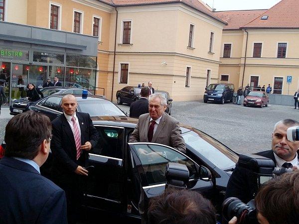 Prezident Miloš Zeman při příjezdu na Pivovarské náměstí vHradci Králové.