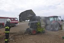 Požár pole a zemědělského stroje v hradeckých Kuklenách.