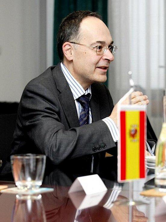 Velvyslanec Španělského království Pascual Ignacio Navarro Rios na návštěvě u primátora Hradce Králové Zdeňka Finka.