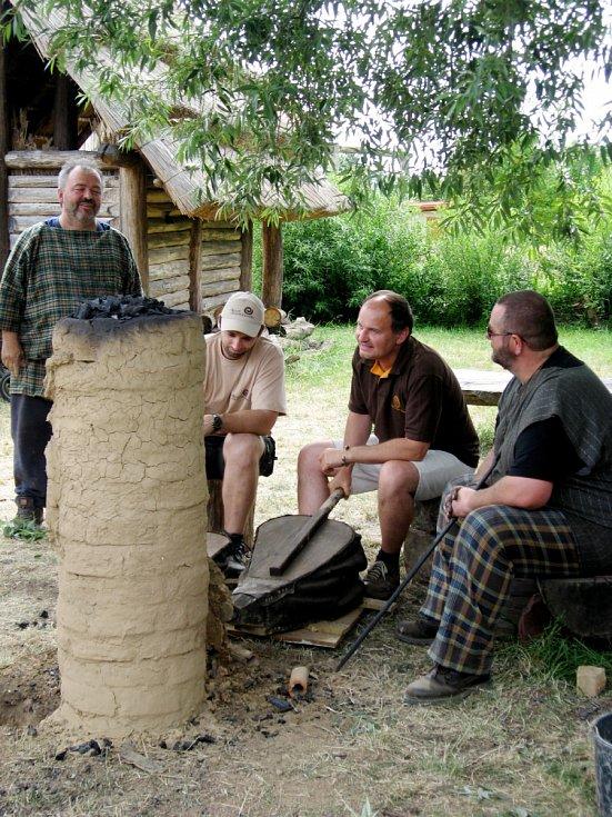 Akce nazvaná Řemeslo Keltů s účastí belgických experimentálních archeologů v Archeoparku pravěku ve Všestarech.