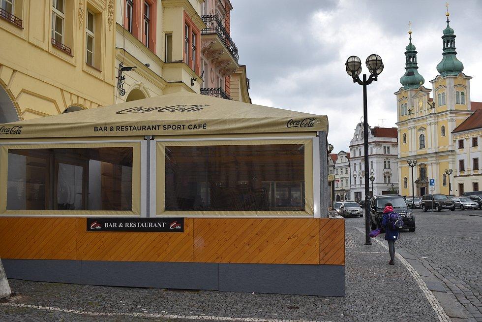 Zřejmě největší a nejprostornější zahrádka na Velkém náměstí je ta u restaurace Sport Café.