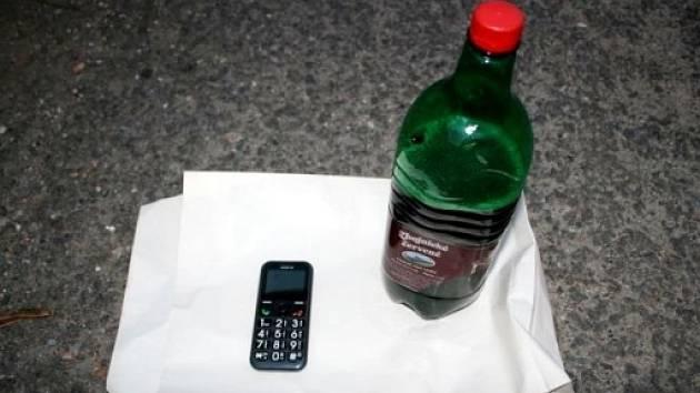 Lahev vína a telefon.