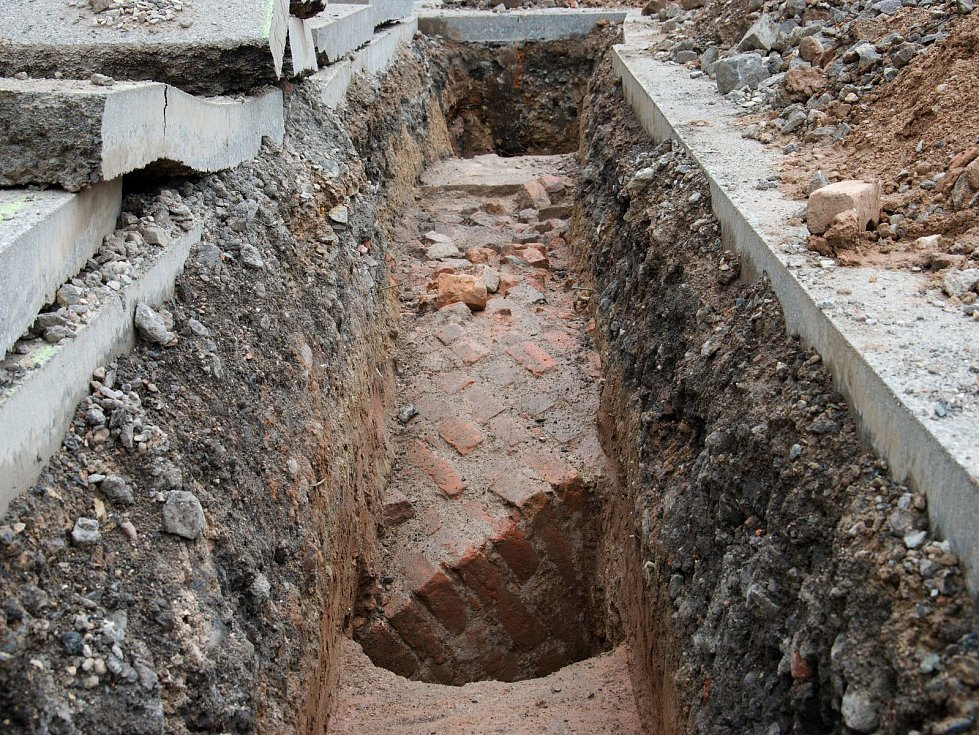 U hradeckých Gayerových kasáren našli archeologové zbytky barokní pevnosti, která město obepínala až do konce 19. století.