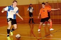 Futsalista Roman Jelínek (vlevo s míčem) v utkání proti Litoměřicím.