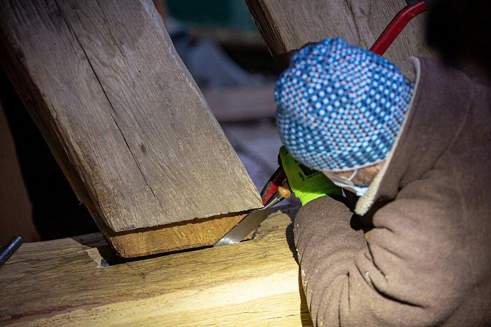 Kostelík na novém Hradci. Hevery spustily konstrukci opět na místo, tentokrát na na novou dřevěnou konstrukci.