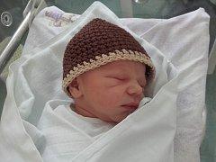 HONZÍK ZEMAN se narodil 13. dubna s mírami 52 centimetrů a 3520 gramů. Z nového přírůstku do rodiny se radují rodiče Jan a Anna Zemanovi spolu se sestřičkou Aničkou z Hradce Králové.