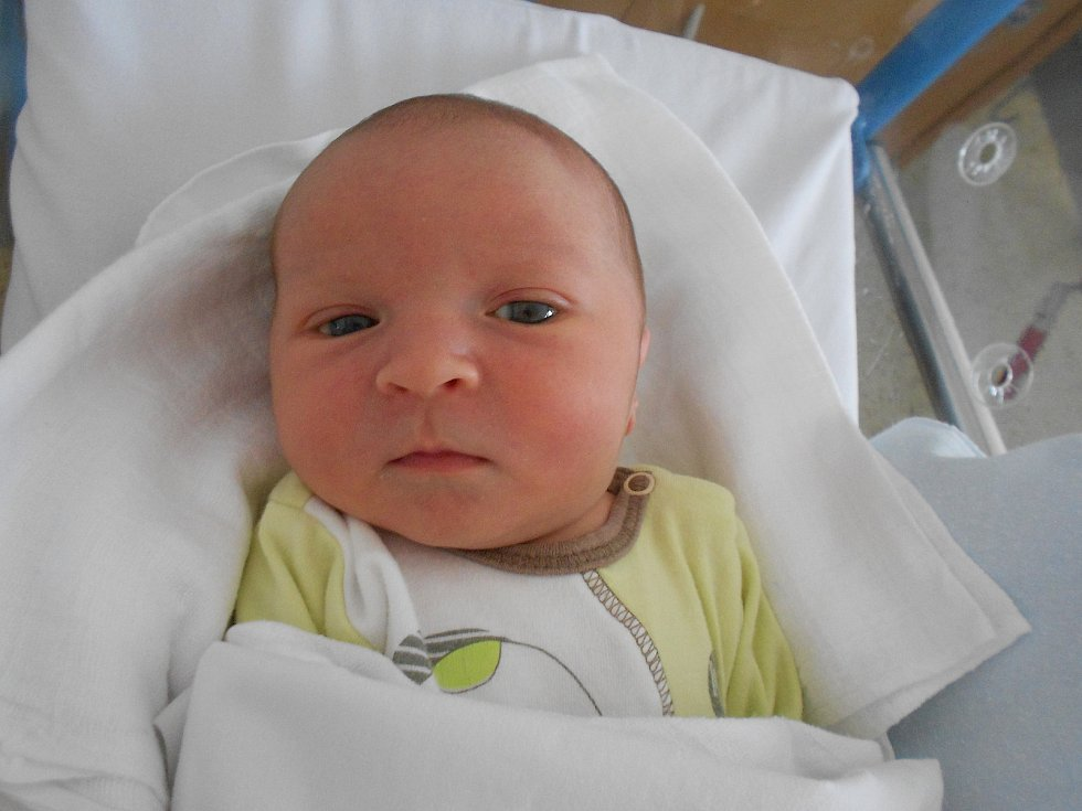 MATĚJ ŠTANGLER poprvé vykoukl na svět 13. července v 15.10 hodin. Měřil 52 cm a vážil 3660 g. Velice svým příchodem na svět potěšil své rodiče Michaelu a Michala Štanglerovy ze Solnice. Tatínek to u porodu zvládl úžasně.