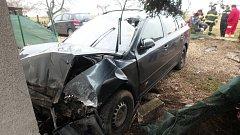 Vozidlo narazilo po nehodě do domu, jedna osoba byla zraněna.