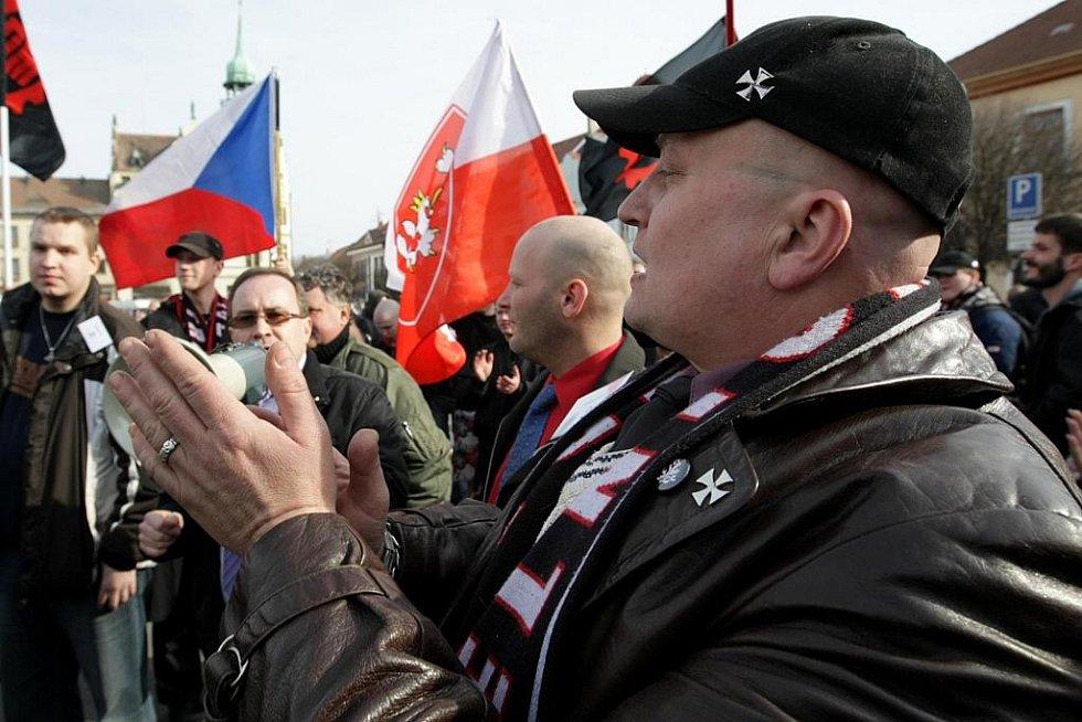 V Novém Bydžově se střeli přívrženci Dělnické strany sociální spravedlnosti s Romy. Došlo také na potyčky s policisty.
