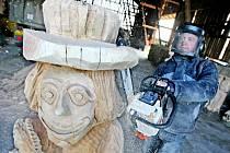 Umělecký řezbář Miroslav Kříž ve své svinarské dílně při práci na dřevěných postavách na motivy pohádky spisovatelky Marty Pohnerové. Ze třinácti soch se stane pohádková i naučná trasa v hradeckých lesích u Mazurových chalup.