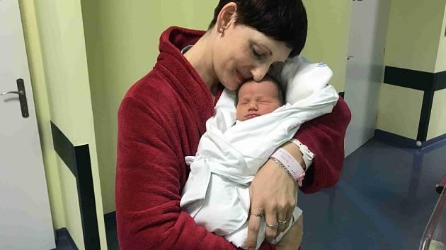 THEODOR HROMÁDKO se narodil 20. listopadu 2018 ve 4.55 hodin. Měřil 51 cm a vážil 3480 g. Potěšil své rodiče Tomáše Hromádka a Mari Kubyneckou z Přelouče. Doma se těší sestřička Andrea (2,5).