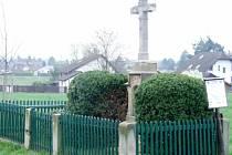 Křížek ve Svinarech bez sošky Ježíše.