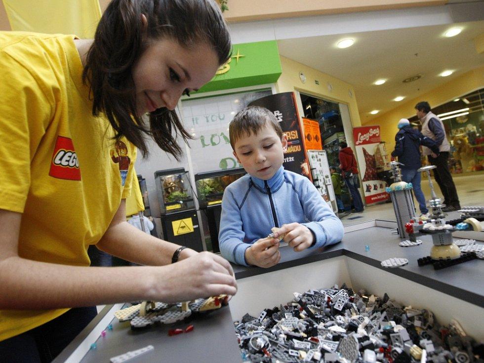 Obří Dart Vader, ústřední postava kultovní série Star Wars, tedy Hvězdných válek, postavený z tisíců kostiček stavebnice Lego, v obchodním komplexu EuroCenter v Hradci Králové.