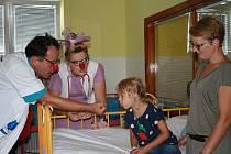 Zdravotní klauni nezapomínají na dětské pacienty ve Fakultní nemocnici Hradec Králové ani během prázdnin.