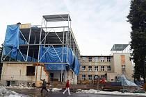 Z jedné z nejstarších budov hlavního areálu hradecké fakultní nemocnice zůstalo torzo. Stavební firma objekt přestavuje na neurologickou kliniku.