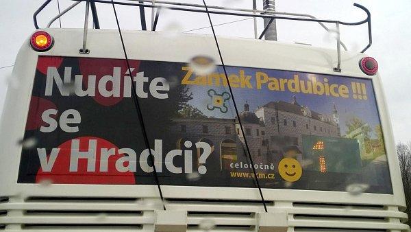Kontroverzní reklama 'Nudíte se vHradci? Zámek Pardubice!!!' na trolejbusu královéhradecké MHD.