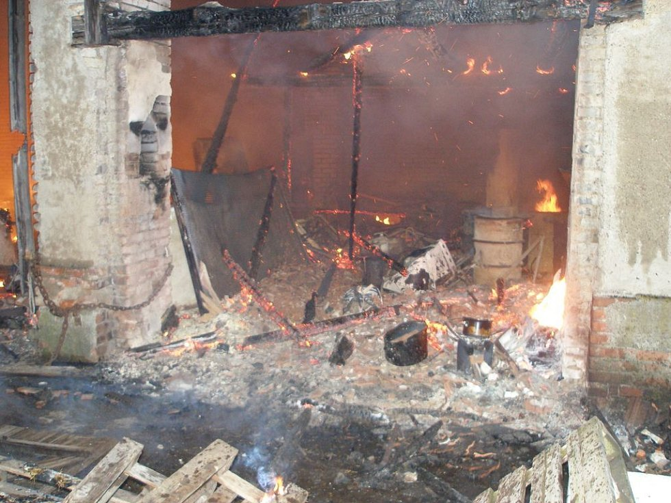 Plameny zachvátily stodolu v Kozelkově ulici. Požár se ovšem záhy rozšířil i na sousední dům