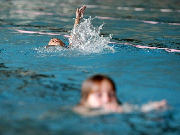Děti v padesátimetrovém plaveckém bazénu v Hradci Králové.