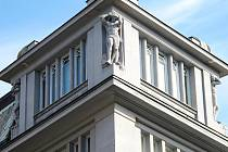 Střechu budovy Galerie moderního umění na Velkém náměstí nesou tří svalnaté mužské figury. Říká se jim atlanti.