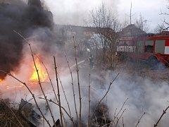 Požár odpadu a pneumatik ve Stihňově u Skřivan.