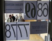 V neděli po půl jedenácté v noci již bylo na Městském úřadě v Jindřichově Hradci pořádně živo. Sjížděli se členové volebních komisí, aby odevzdávali výsledky voleb.