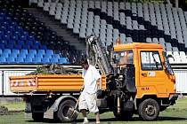 Práce na výměně trávníku na královéhradeckém Všesportovním stadionu v Malšovicích.