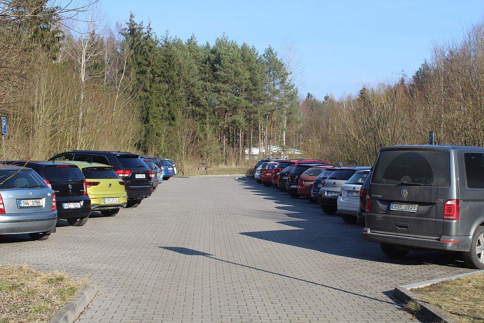 To parkoviště u hradeckého lesního hřbitova nabídlo úplně jiný pohled.