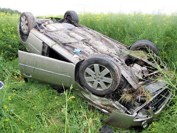Havárie vozu Ford Mondeo mezi Skaličkou a hradeckým Rusekem.