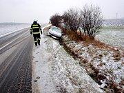 Dopravní nehoda dvou osobních automobilů mezi obcemi Prasek a Kobylice.